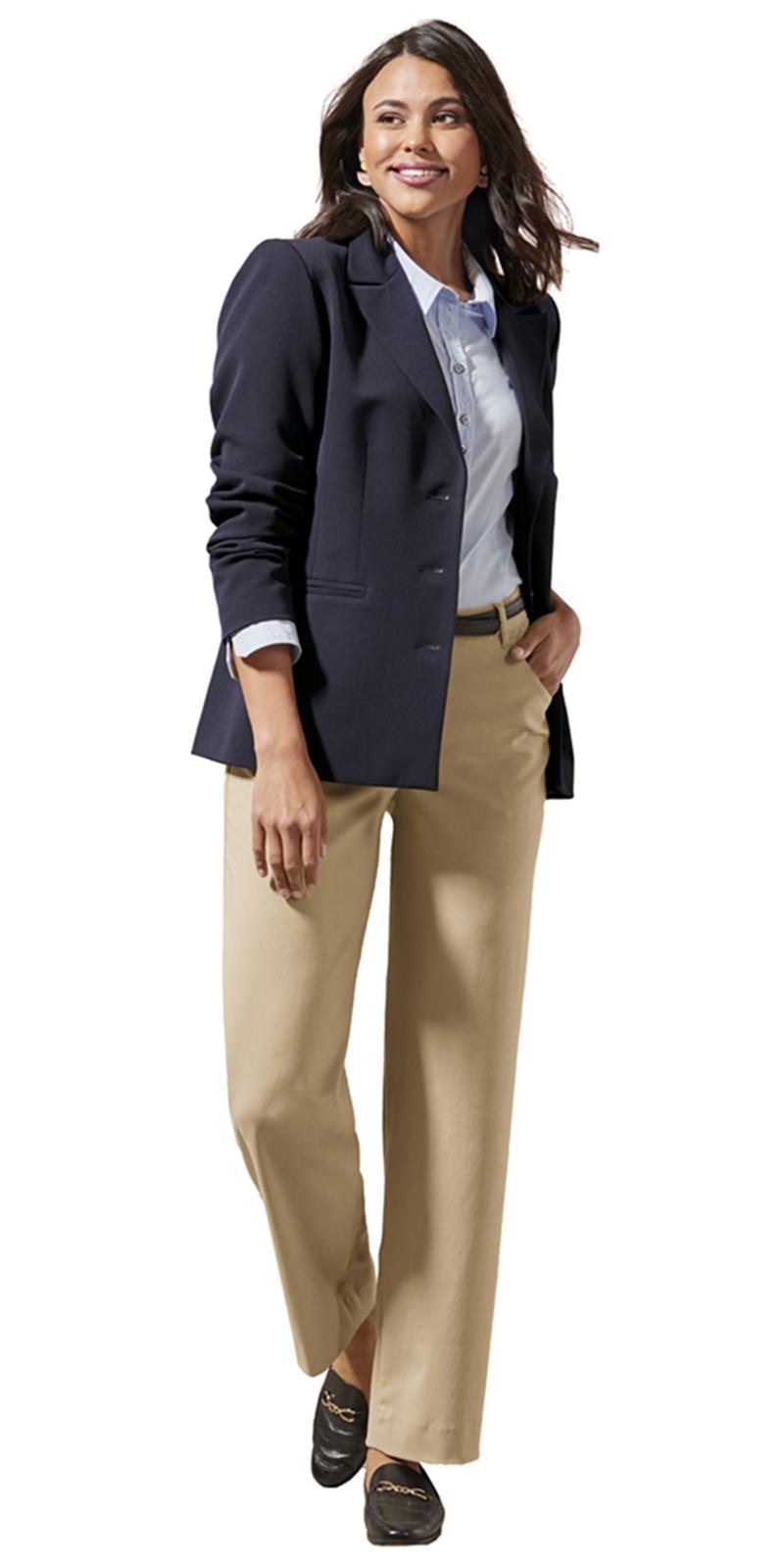 Eine große Frau mit dunklem Blazer trägt eine beige, lange Damenhose und flache Schuhe.